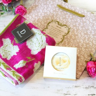 【母の日ギフトに!】【華やかなバラのギフトセット】薔薇の練り香水と薔薇のハンカチセット アールヌーボーデザイン手さげ袋つき