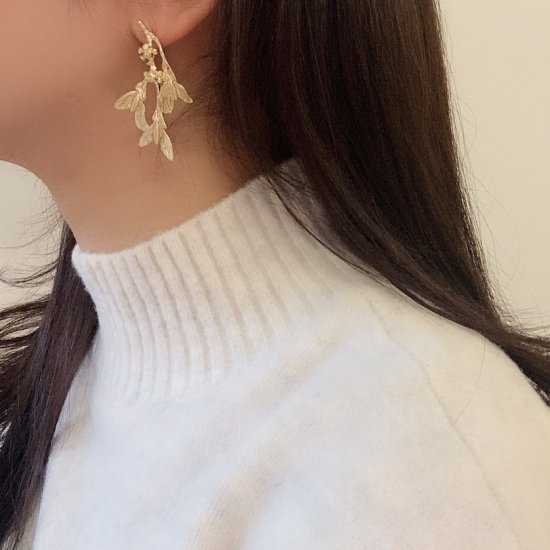 Asymmetry flower pierce<img class='new_mark_img2' src='https://img.shop-pro.jp/img/new/icons47.gif' style='border:none;display:inline;margin:0px;padding:0px;width:auto;' />