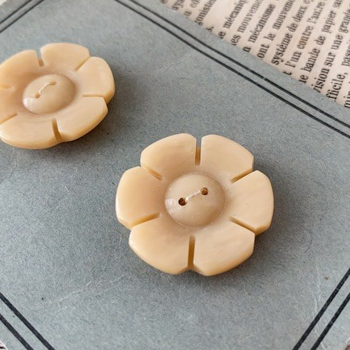 Antique flower button<img class='new_mark_img2' src='https://img.shop-pro.jp/img/new/icons47.gif' style='border:none;display:inline;margin:0px;padding:0px;width:auto;' />