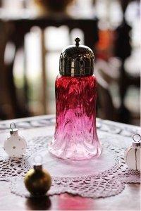 クランベリーガラスの貴婦人のドレス アンティーク・シュガーシフター