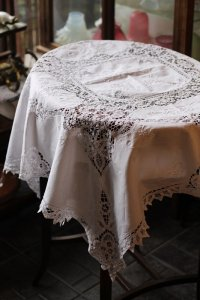 ベルギー ボビンレース 刺繍のある豪華なカバークロス