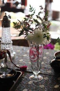 クランベリーガラスにハンティングモチーフのハンドカット フラワーベース