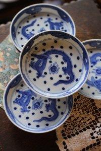 水玉模様に飛ぶ龍ちゃん 手描き・染付の小皿 5枚セット