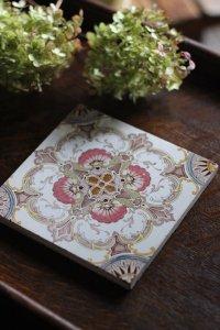 手彩色のスモーキーピンクのロカイユ ロココなヴィクトリアンタイル