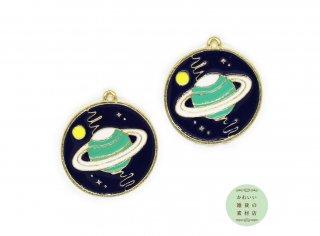 【再入荷】ディープブルーの星空に浮かぶミントブルーの土星の丸いエナメルチャーム(ラウンド)2個セット