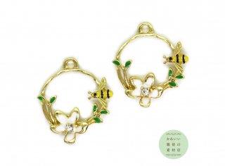ミツバチと花芯にクリスタルラインストーンのついた白い花の輪のチャーム(ゴールド)2個セット