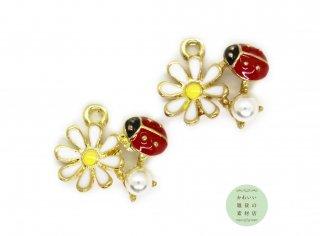 赤いてんとう虫と白いデイジーの花と模造パールのエナメルチャーム(ゴールド)2個セット