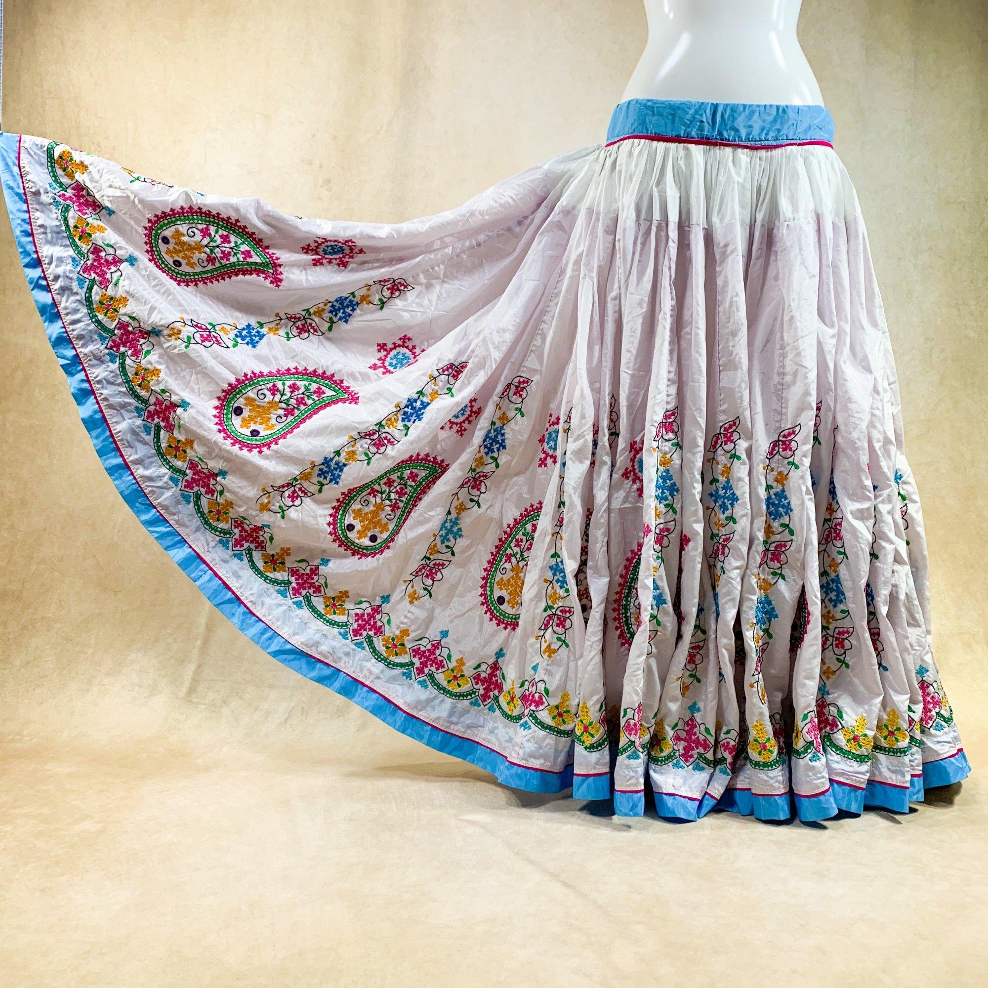 <img class='new_mark_img1' src='https://img.shop-pro.jp/img/new/icons61.gif' style='border:none;display:inline;margin:0px;padding:0px;width:auto;' />Kuchi Gypsy skirt #83 *vintage* カッチ刺繍スカート ≪WHITE≫