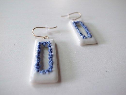 AMOR 白と青の粒々ピアス(レクタングル)