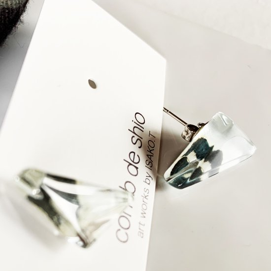 1点ものガラスのISAKOピアス|Black and white|箱付