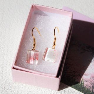 伊勢志摩シリーズ・1点ものガラスのハンギングピアス「桜/Cherry Blossom」|箱付