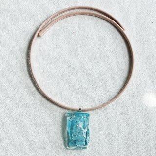 1点ものガラスの「革チョーカー」|透明ブルー|箱付