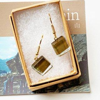 伊勢志摩シリーズ・1点ものガラスのハンギングピアス「山/Mountain」|箱付