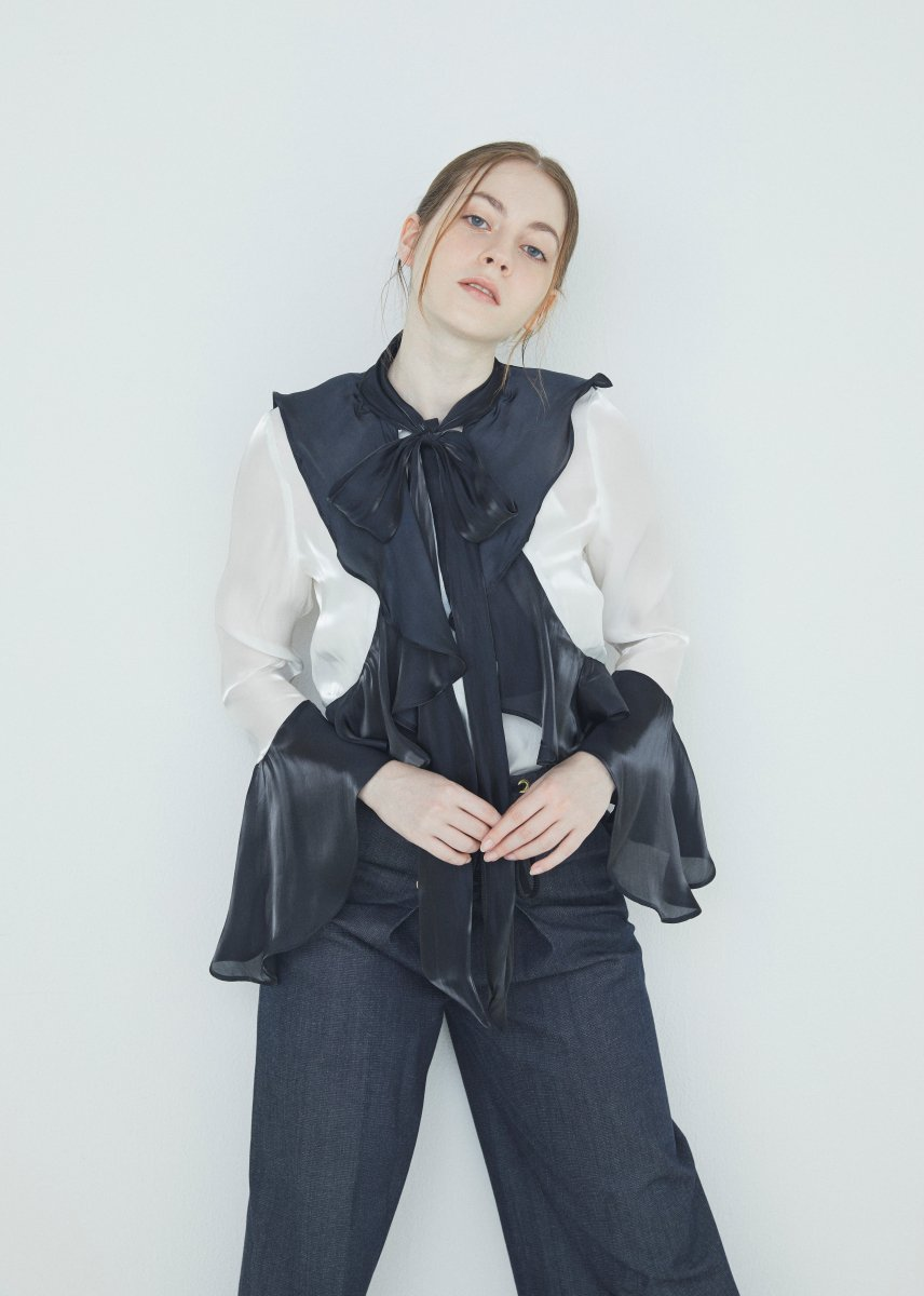 <img class='new_mark_img1' src='https://img.shop-pro.jp/img/new/icons16.gif' style='border:none;display:inline;margin:0px;padding:0px;width:auto;' />Ribbon frilled blouse