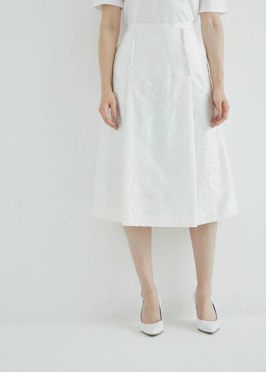 <img class='new_mark_img1' src='https://img.shop-pro.jp/img/new/icons16.gif' style='border:none;display:inline;margin:0px;padding:0px;width:auto;' />Flower embroidery side button flare skirt