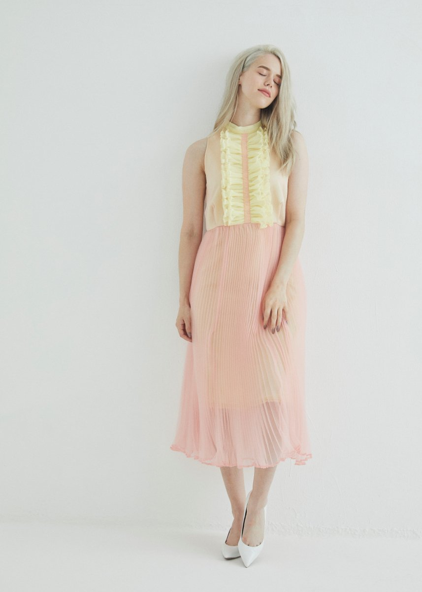 <img class='new_mark_img1' src='https://img.shop-pro.jp/img/new/icons16.gif' style='border:none;display:inline;margin:0px;padding:0px;width:auto;' />Front frilled pleats dress