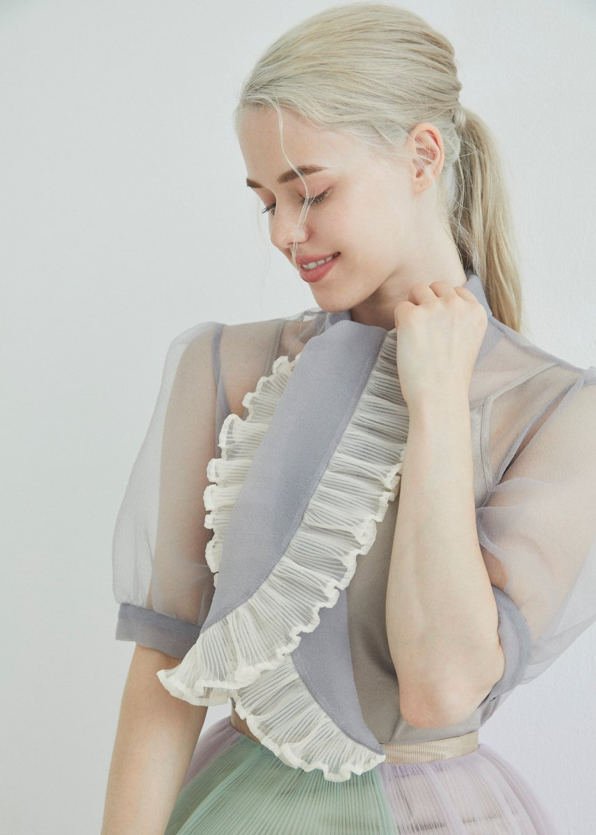 <img class='new_mark_img1' src='https://img.shop-pro.jp/img/new/icons16.gif' style='border:none;display:inline;margin:0px;padding:0px;width:auto;' />Ribbon pleats blouse