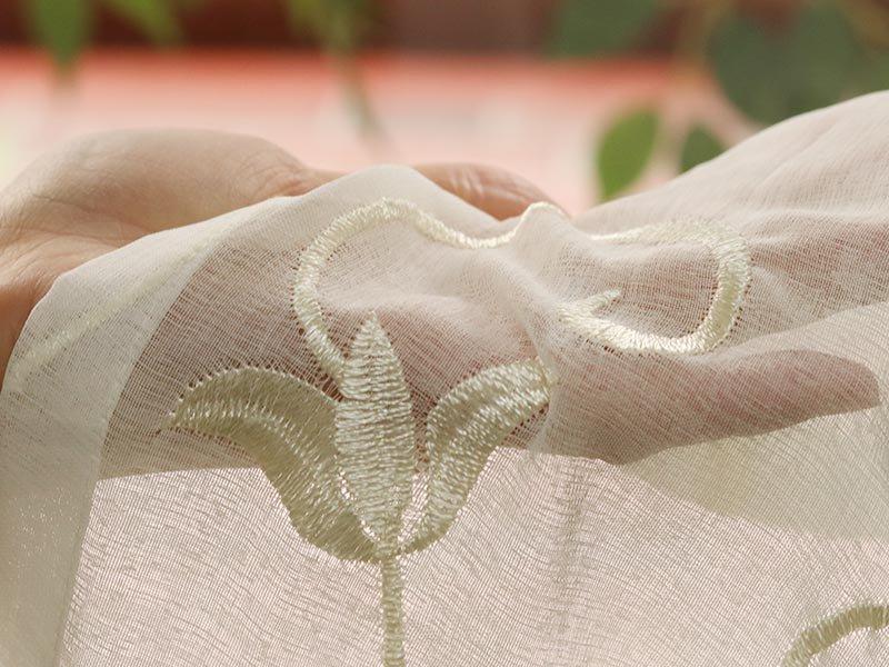 自然な透け感が美しい。花柄の刺繍がポイントのレースカーテン 『ピサラ アイボリー』