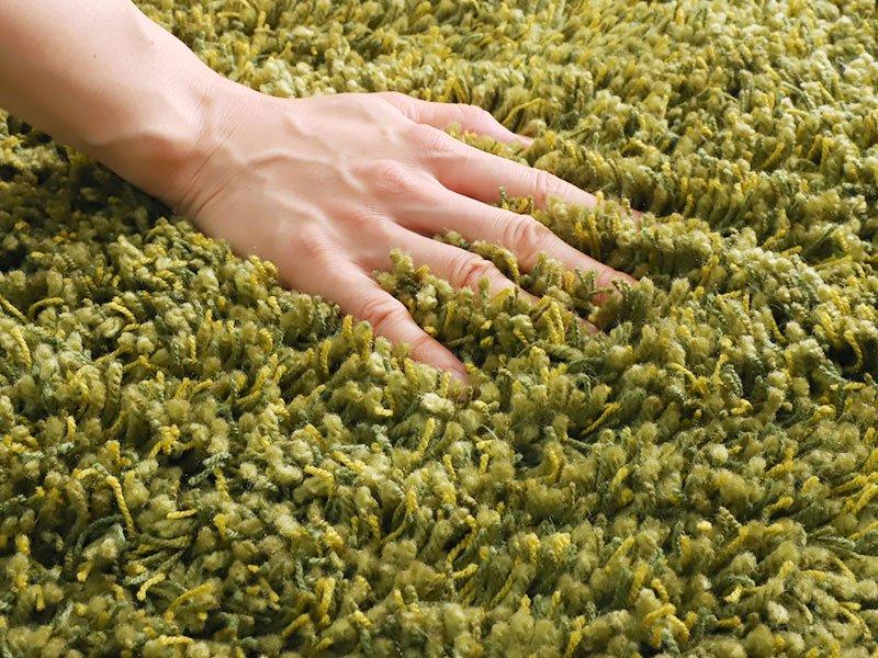 糸の太さや色が異なる質感が気持ちいい国産シャギーラグ『ブルーム グリーン』