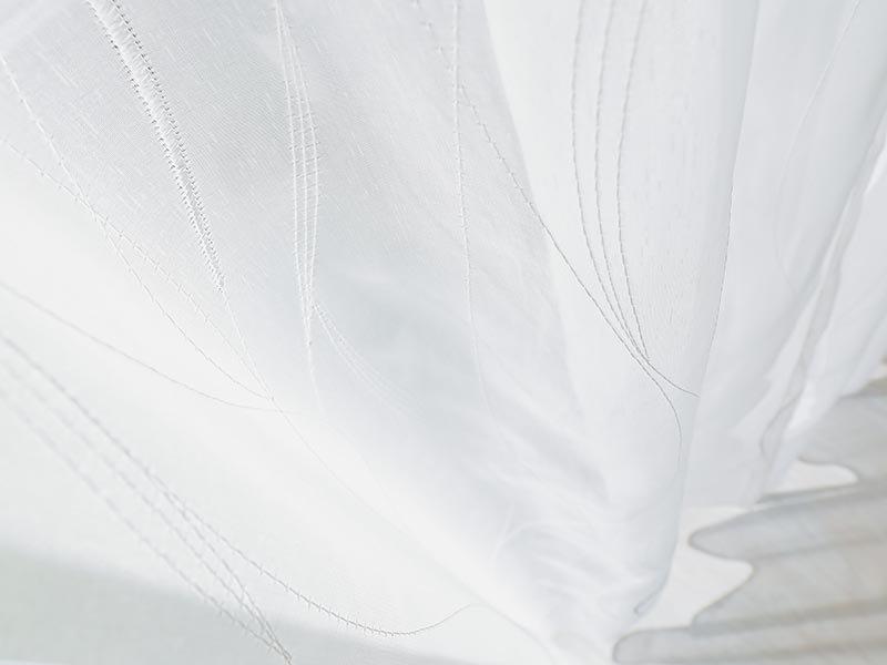 【1.5倍ひだ】流れるようなライン刺繍がエレガント。映し出す影まで美しいトルコレースカーテン 『イェル』