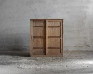 小ぶりな板戸棚