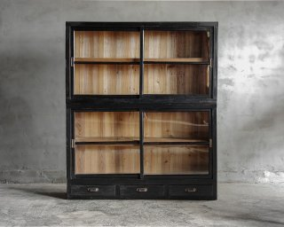 黒色の重ね戸棚