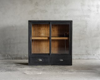 黒色ガラス戸棚