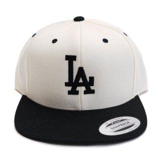 LA FLAT EMB SNAPBACK CAP【WHITE×BLACK】
