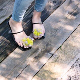 夏を彩る咲き編みトングサンダル|ライム
