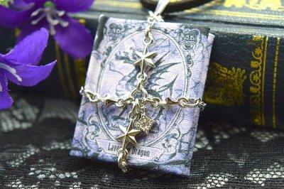 【君衣】魔法書ペンダント「伝説のラベンダードラゴンに関する考察、あるいは幸運を呼ぶ方法」(品番194)