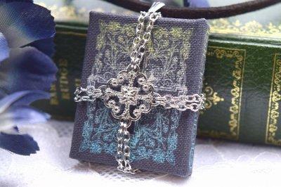 【君衣】魔法書ペンダント「黒衣のイスの祈祷書」(品番195)