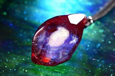 【Glass Planet】「星の結晶」ガラスペンダント・レッド(品番63)