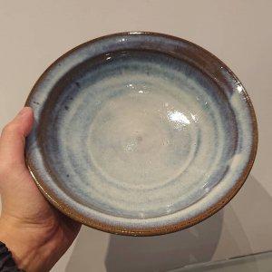 藁灰釉七寸鉢 (ウラ飛鉋)