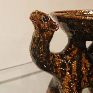 小皿を背負ったフタコブラクダ