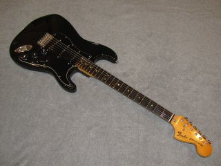 <img class='new_mark_img1' src='https://img.shop-pro.jp/img/new/icons47.gif' style='border:none;display:inline;margin:0px;padding:0px;width:auto;' />Fender 1977 Stratocaster Hard Tail Black/Rose【中古】