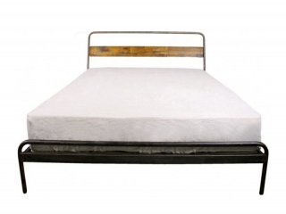 しっかりとしたスチールパイプと、節が入った樺無垢材のヘッドがアクセントのベッドフレーム