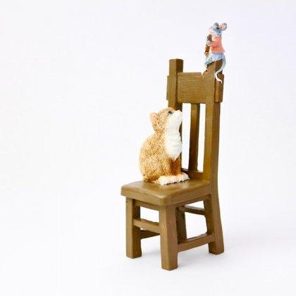 樹脂イスの上のギターネズミとネコ