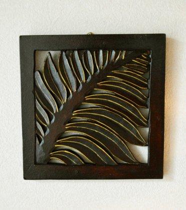 バリ島のウッドレリーフ 20×20(ヤシリーフ柄/ゴールド&ブラウン)