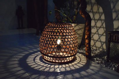 ラタンの置き型ランプ