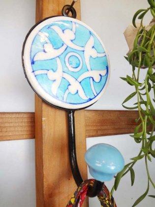 India製 アンティーク調手描きタイルのハンガーフックラウンド(ライトブルー)