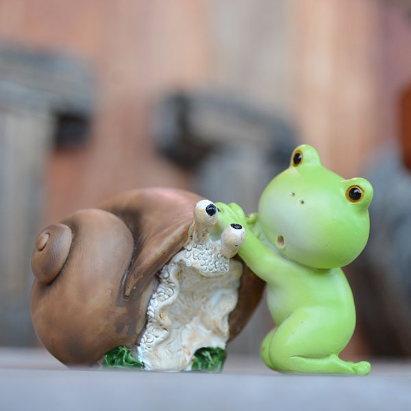 仲良しなカタツムリとカエルくん