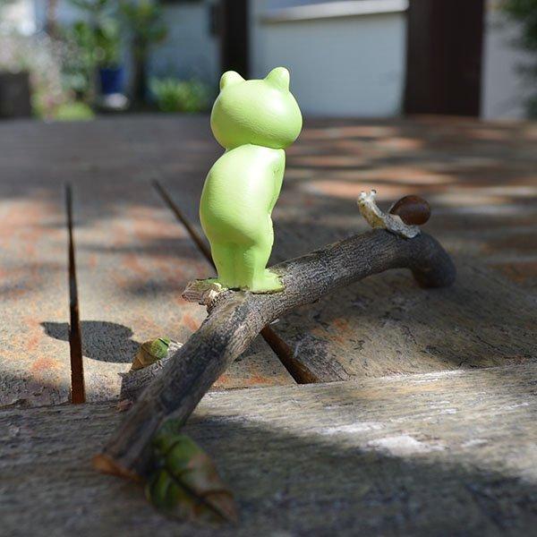 枝上に乗るカエルとカタツムリ