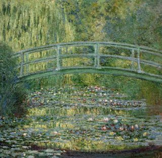 日本の太鼓橋のある睡蓮の池
