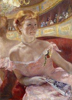 桟敷席の真珠の首飾りをした女性
