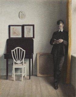 読書する若い男のいる室内