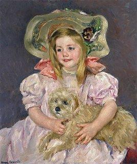 犬を抱いて微笑むサラ