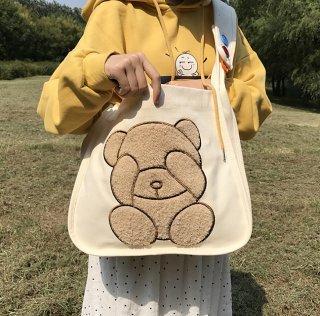 クマさんの大きな刺繍入り♪A4雑誌がすっぽり入るショルダーバッグ(全2色)
