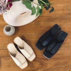 SELECT center seam sandal