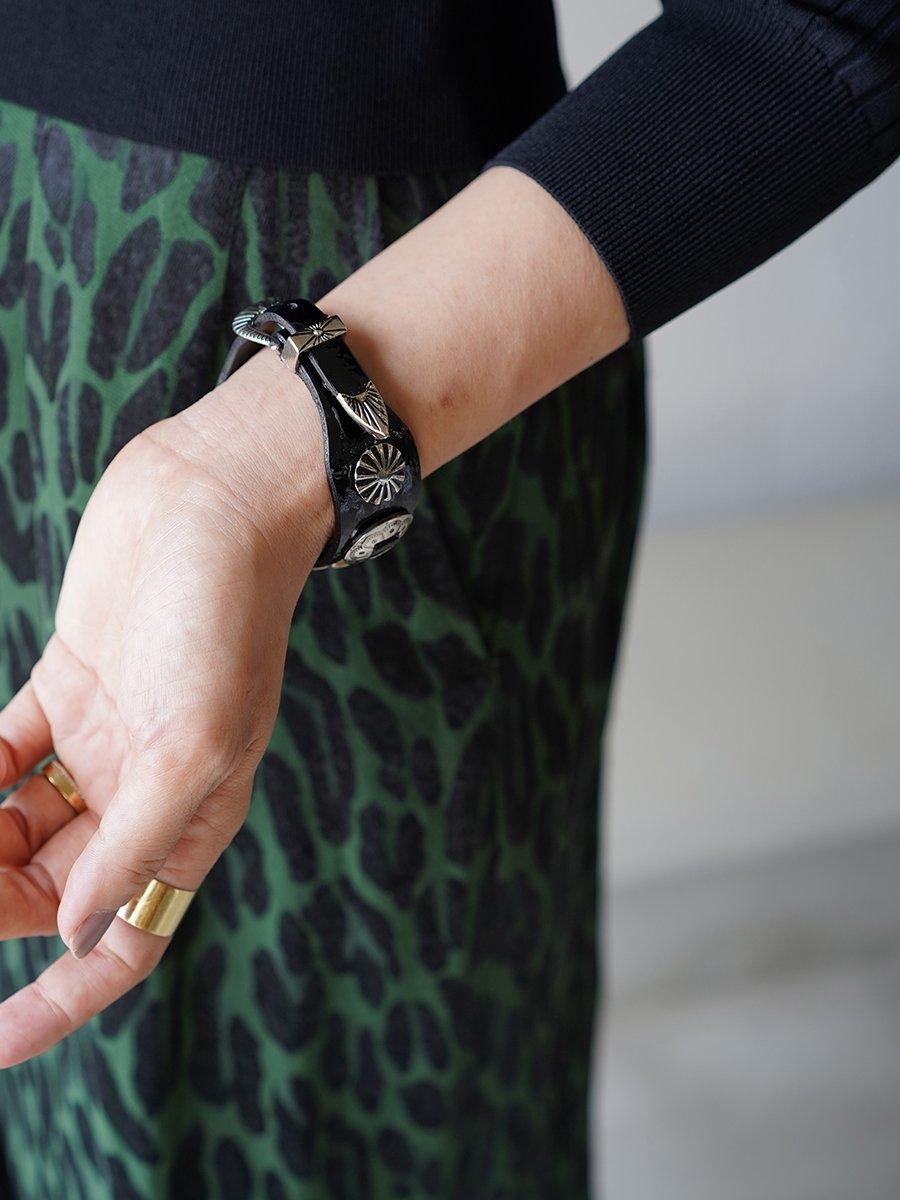 TOGA PULLA Metal leather bangle