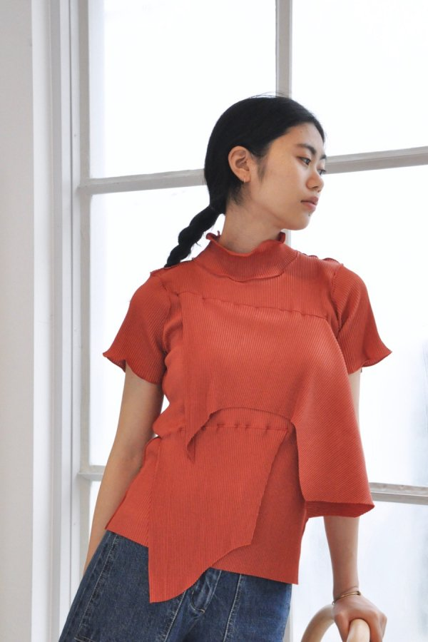 KOTOHA YOKOZAWA / PLEATS TOP (SHORT SLEEVE HIGH NECK) / RED